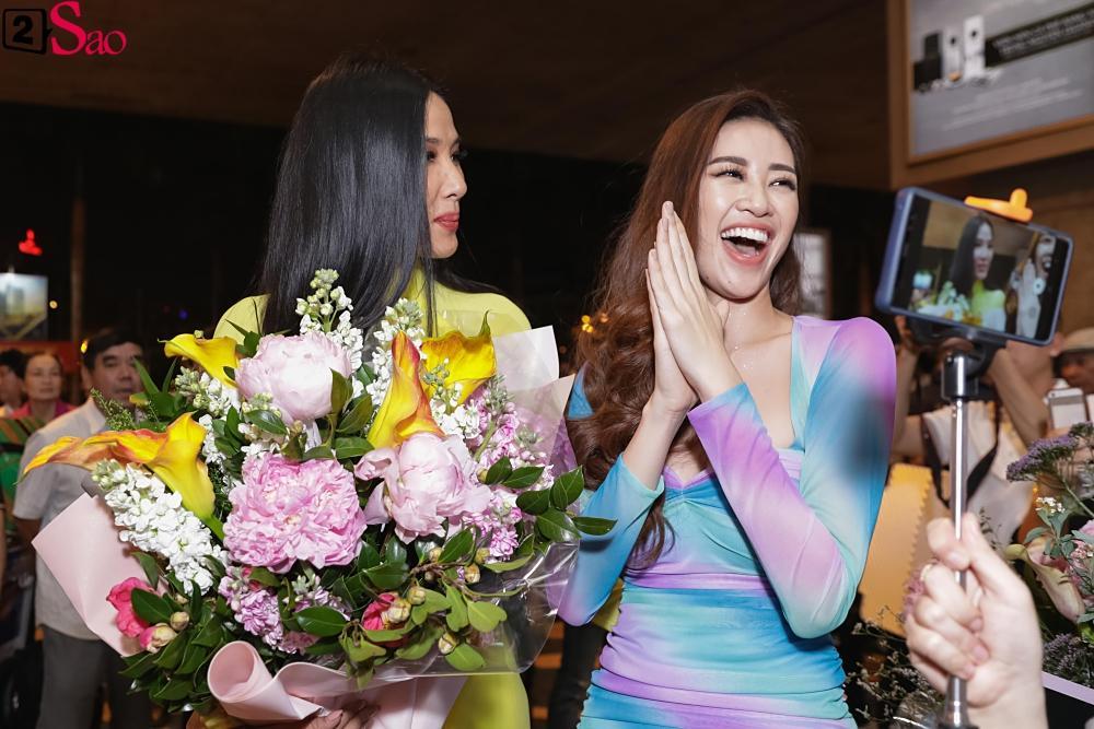 Hoàng Thùy mặc áo dài về nước sau Miss Universe, khiến sân bay tưng bừng lúc nửa đêm-4