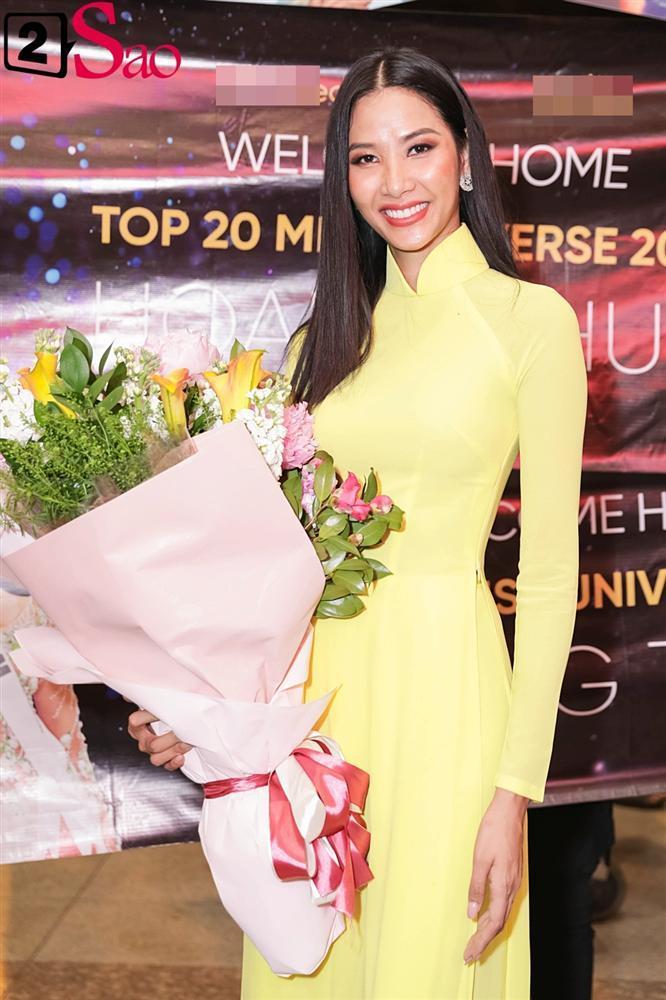 Hoàng Thùy mặc áo dài về nước sau Miss Universe, khiến sân bay tưng bừng lúc nửa đêm-8