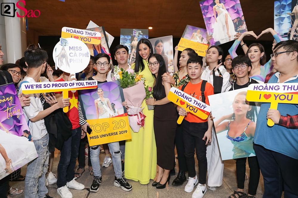 Hoàng Thùy mặc áo dài về nước sau Miss Universe, khiến sân bay tưng bừng lúc nửa đêm-9