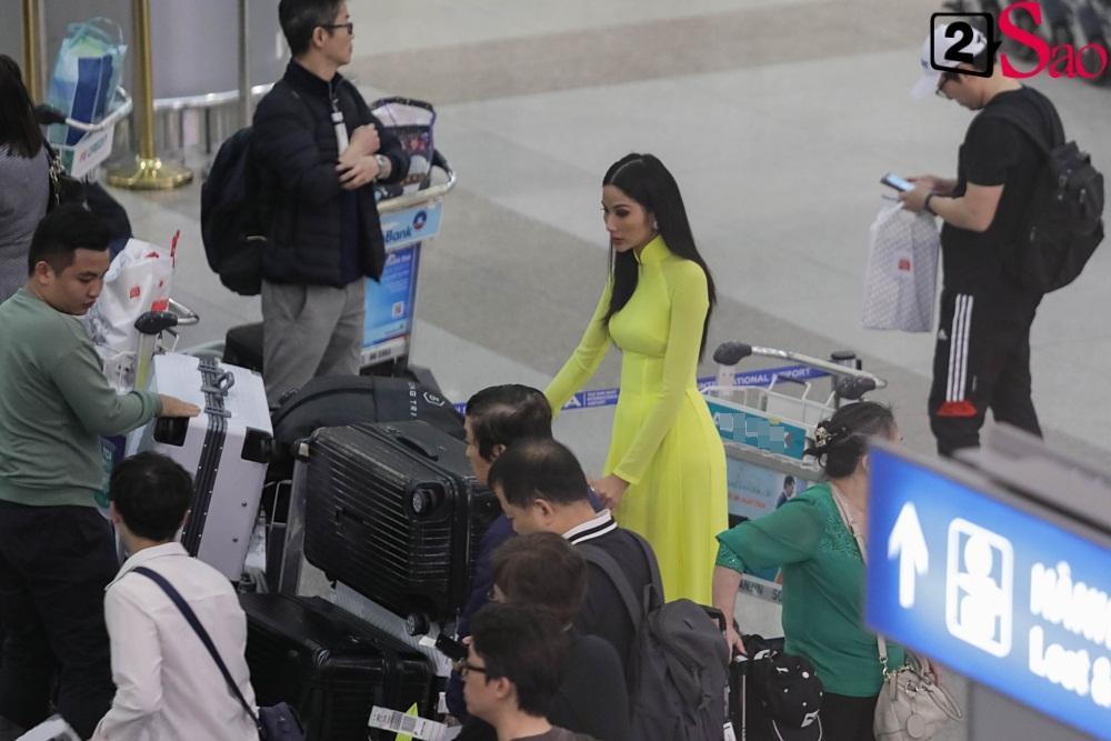 Hoàng Thùy mặc áo dài về nước sau Miss Universe, khiến sân bay tưng bừng lúc nửa đêm-1