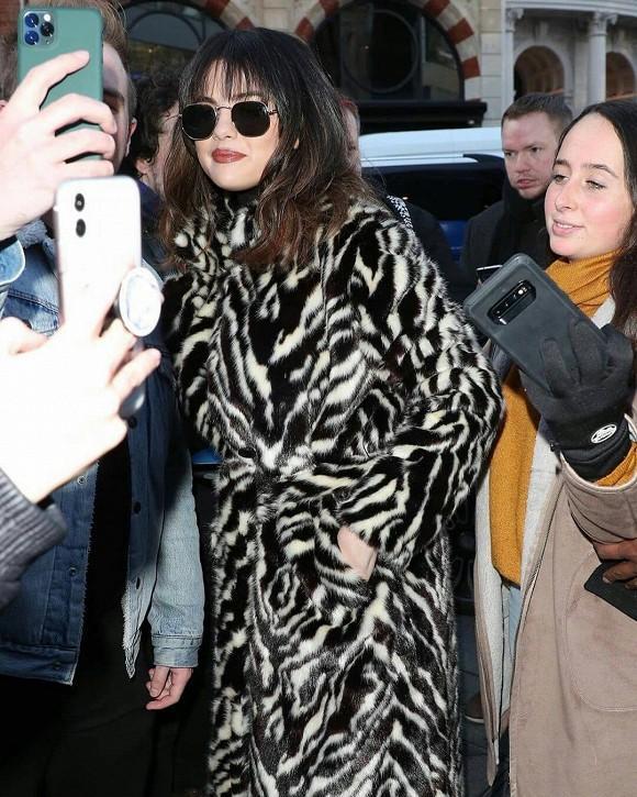 Selena Gomez cắt tóc mái tạo sự thay đổi: Người khen trẻ trung, kẻ lại chê không hợp-1