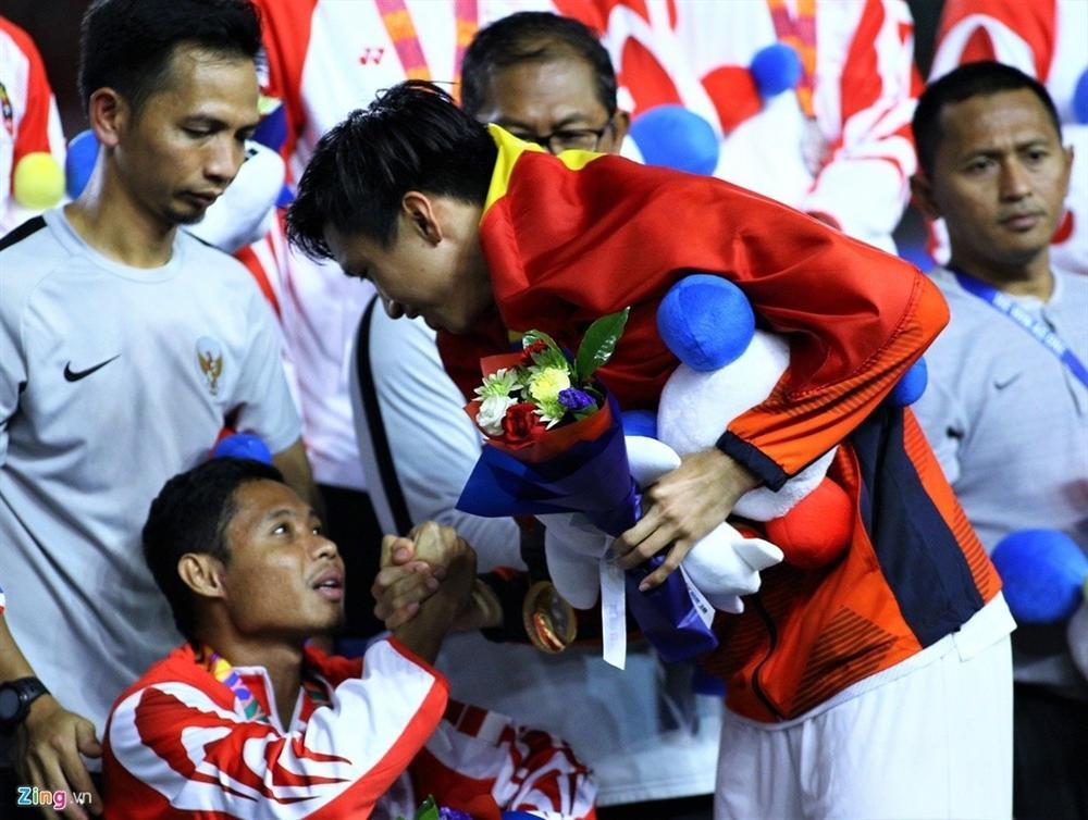 Khó tin với kết quả chấn thương của sao Indonesia phải ngồi xe lăn vì Văn Hậu-2