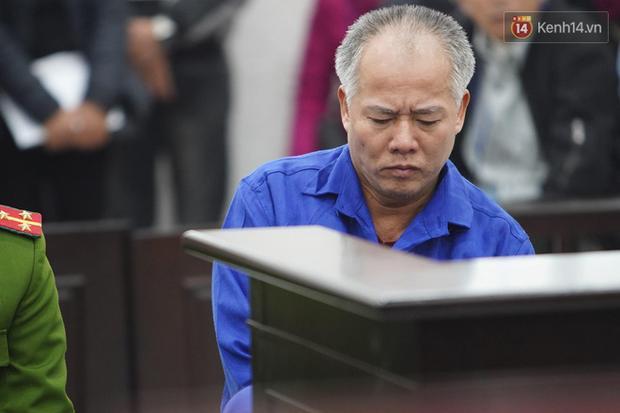 Hung thủ giết cả nhà em trai ở Đan Phượng bình thản nắn bóp chân tay ngay trong phiên tòa tuyên tử hình-3