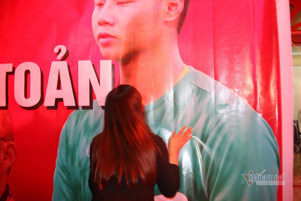 Mẹ thủ môn Văn Toản giật spotlight với khoảnh khắc hôn con trai trên tấm băng rôn-1