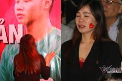 Mẹ thủ môn Văn Toản giật spotlight với khoảnh khắc hôn con trai trên tấm băng rôn