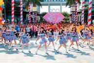 Nhóm nhạc Việt 'siêu đông khổng lồ' gây chú ý với 'vũ điệu cơm nắm'