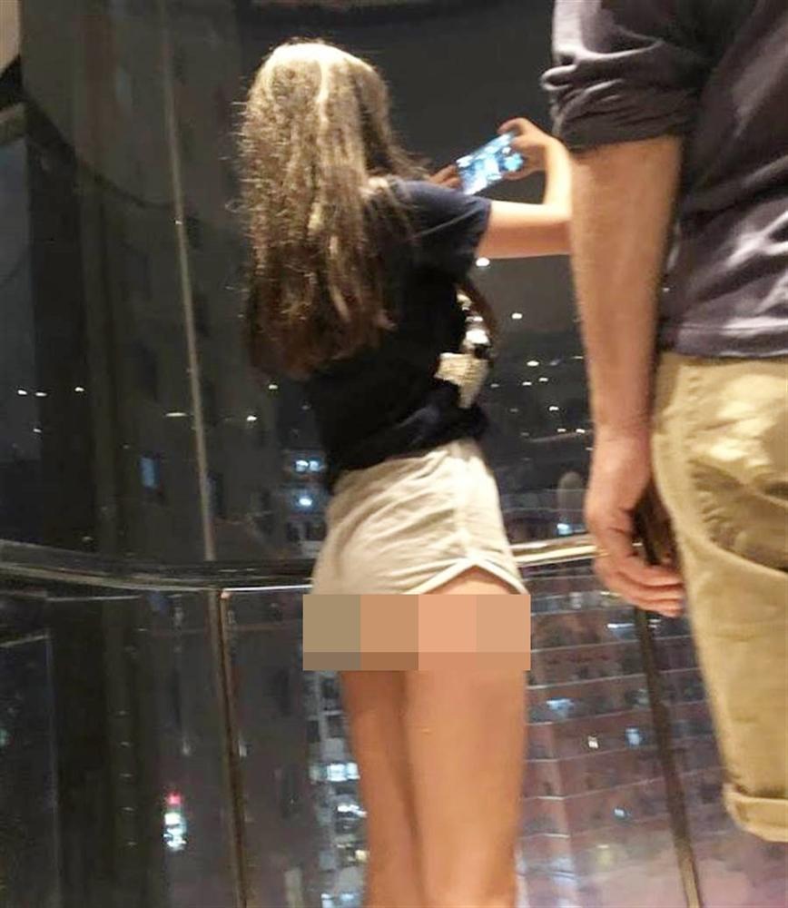 Mặc quần thun ngắn cũn cỡn lộ nguyên vòng 3, cô gái trẻ làm bao người trong thang máy đỏ mặt-1