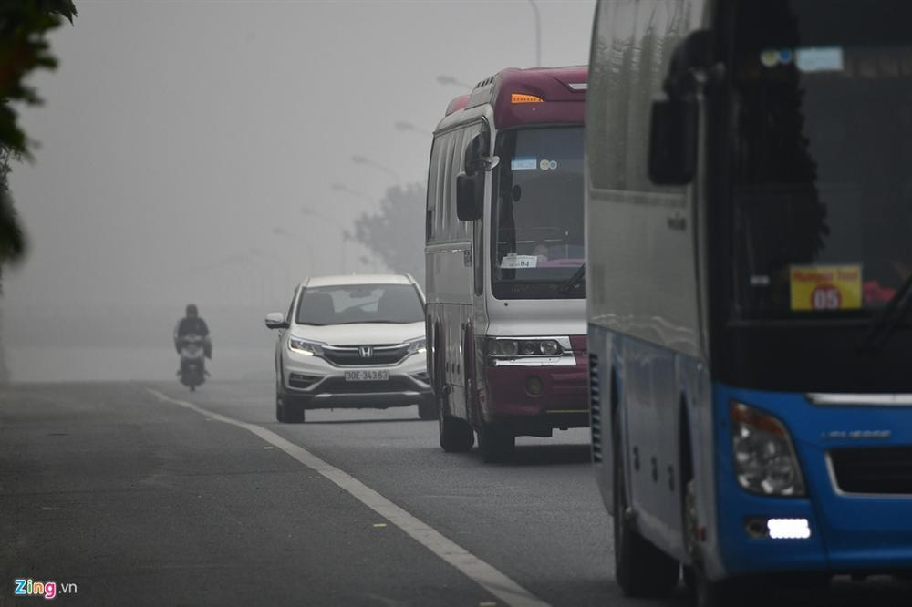 Ô nhiễm không khí tăng cao, các ngả đường Hà Nội mịt mờ-10