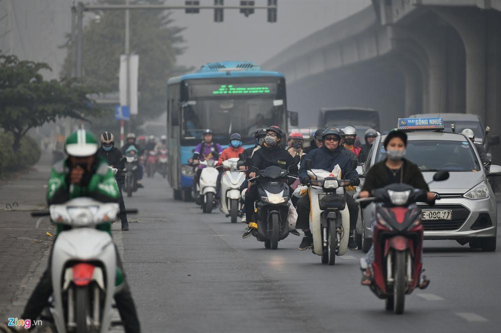 Ô nhiễm không khí tăng cao, các ngả đường Hà Nội mịt mờ-11
