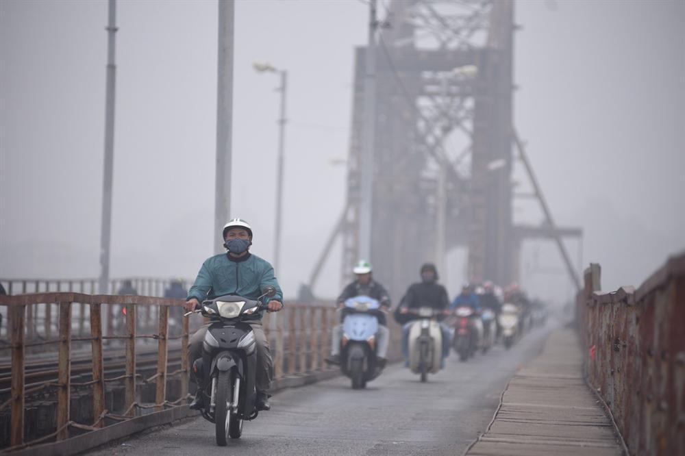Ô nhiễm không khí tăng cao, các ngả đường Hà Nội mịt mờ-5