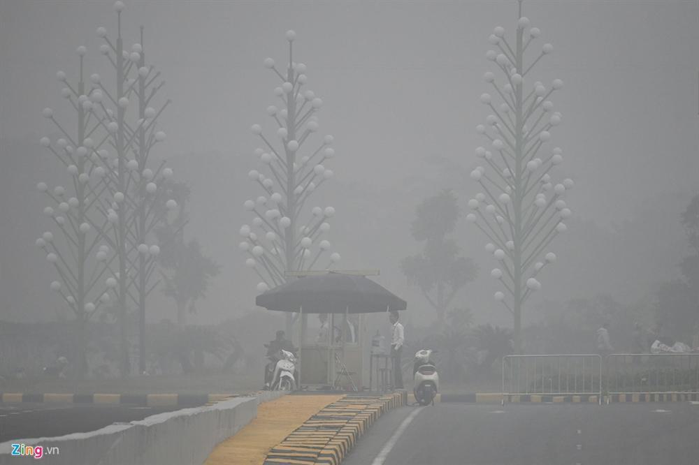 Ô nhiễm không khí tăng cao, các ngả đường Hà Nội mịt mờ-6