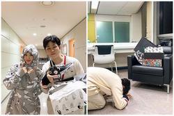 Nam rapper Hàn quỳ trước đôi giày hoa cúc được tặng của G-Dragon
