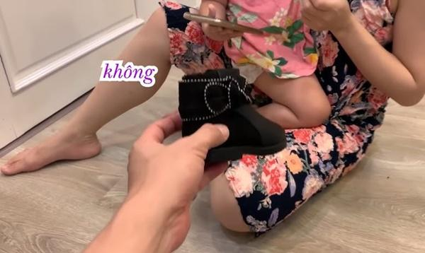 Lần đầu chơi sang mua giày trẻ con 849.000 về con không chịu đi, Lê Dương Bảo Lâm rụng rời-2