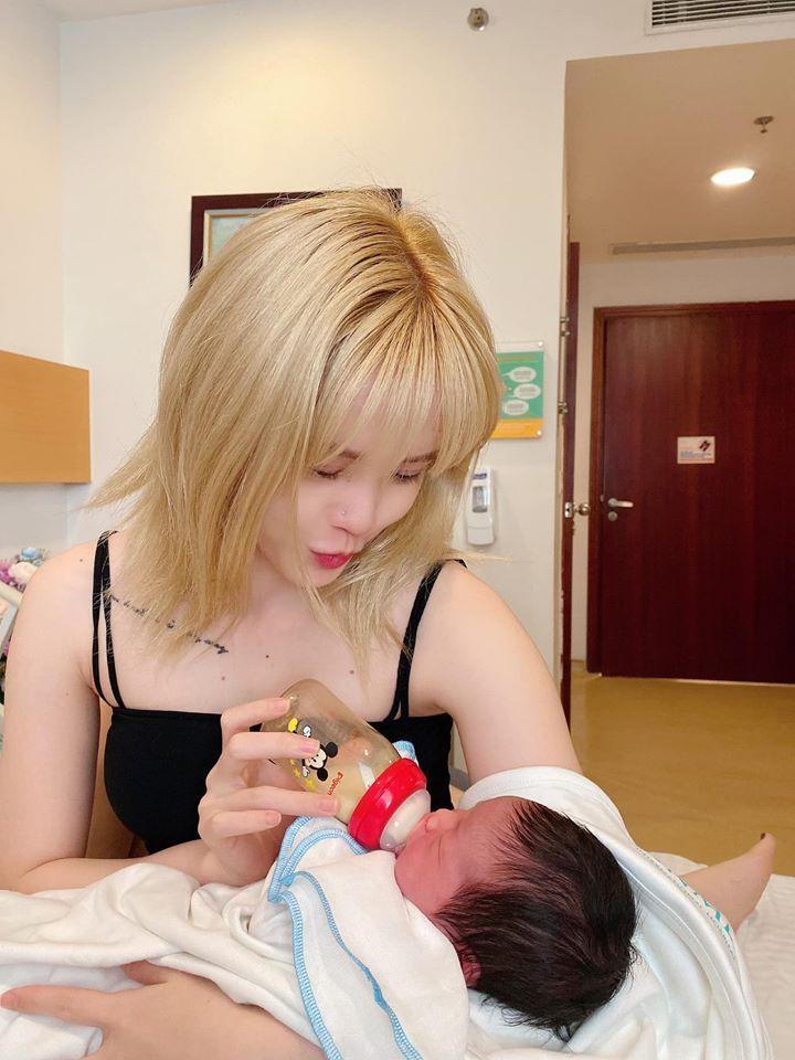 Khoe clip trổ tài chăm trẻ sơ sinh, Thiều Bảo Trâm để lọt giọng Sơn Tùng M-TP ngay sát bên-3