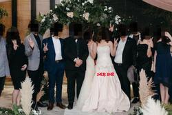 Hôn lễ của con gái, bà mẹ diện luôn váy cưới khiến dân tình hoang mang không biết đâu mới là cô dâu