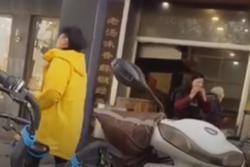 Clip: Ghê sợ nhìn nữ nhân viên gặm xương xong lại ném chảo nấu súp cho khách ăn