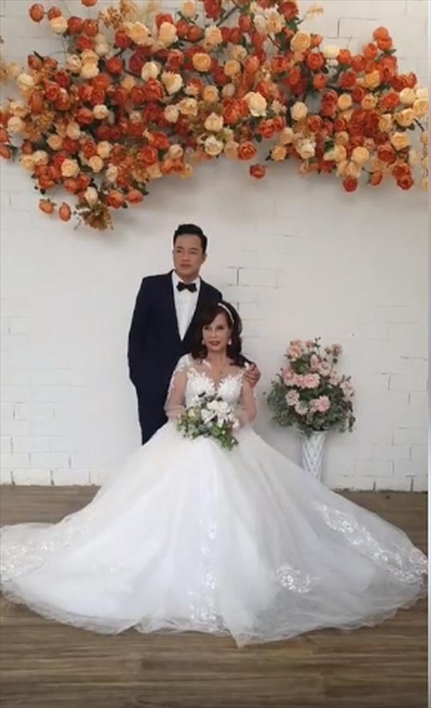 Cô dâu 62 tuổi chơi lớn chụp lại ảnh cưới, dân mạng chỉ săm soi ngoại hình sau thẩm mỹ của cặp đôi-1