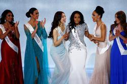 Khoảnh khắc 'truyền may mắn' trùng hợp lạ kỳ: 4 tân hoa hậu cứ nắm tay 'bạn Việt Nam' là đăng quang!