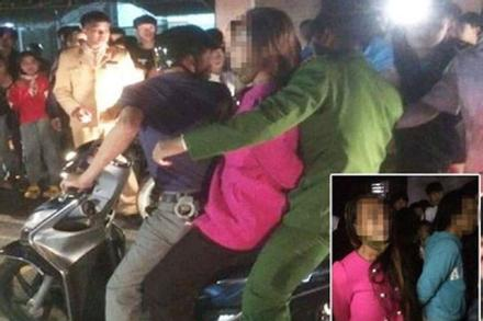 Nghi bắt cóc trẻ con, 2 người của đoàn nhạc bị người dân vây trói