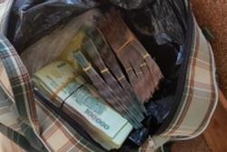 Ngỡ ngàng thấy túi tiền trước cửa lúc sáng sớm, chủ quán cơm vội trình báo công an