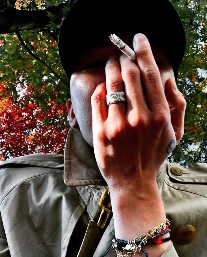 G-Dragon tàn tạ đến mức fan cứng cũng không nhận ra: Râu ria rậm rạp, phì phèo thuốc lá-2