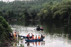 Thuyền chở 7 người bị lật, 2 cha con đang mất tích