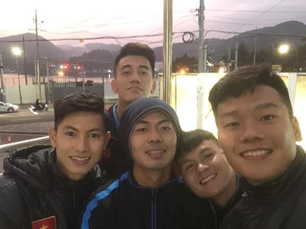Đình Trọng khoe quà, Đức Chinh liên tục đăng ảnh check-in Hàn Quốc-1