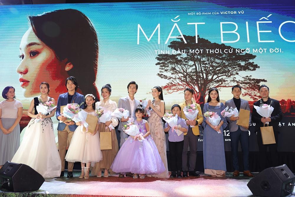 Phan Mạnh Quỳnh hát Có chàng trai viết lên cây tại họp báo phim Mắt Biếc-1