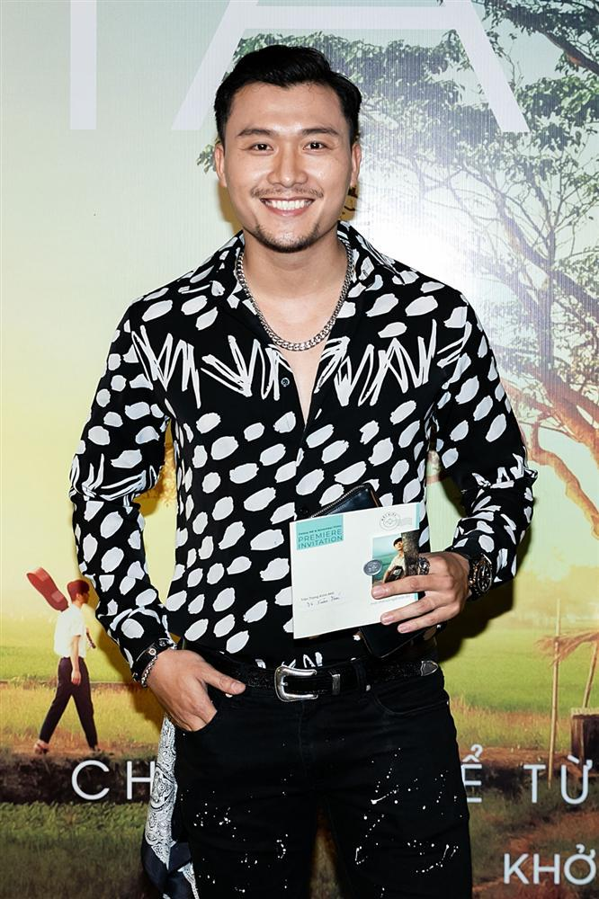 Phan Mạnh Quỳnh hát Có chàng trai viết lên cây tại họp báo phim Mắt Biếc-15