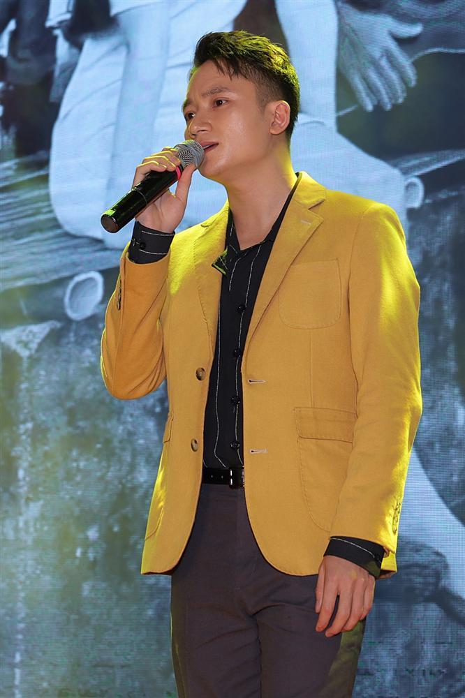 Phan Mạnh Quỳnh hát Có chàng trai viết lên cây tại họp báo phim Mắt Biếc-10