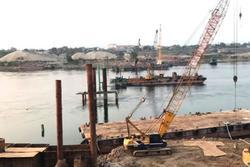 Sập trụ cầu tạm, 4 công nhân bị hất văng xuống sông Đà