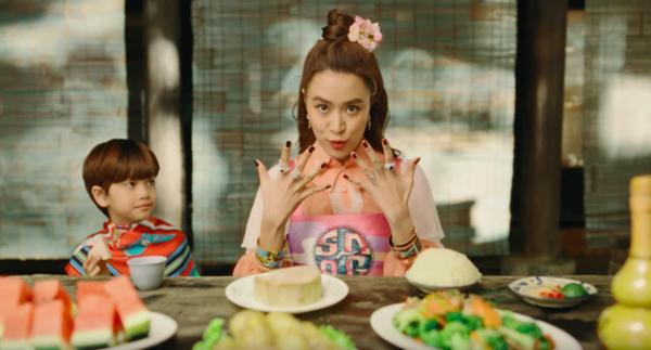 Hoàng Thùy Linh tung MV dân gian nhưng chân phải quẩy giày hoa cúc đình đám của G-Dragon mới chịu-3