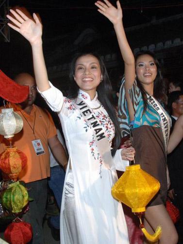 Hoàng Thùy và Lệ Hằng quên mặc áo dài tại Hoa hậu Hoàn vũ-6