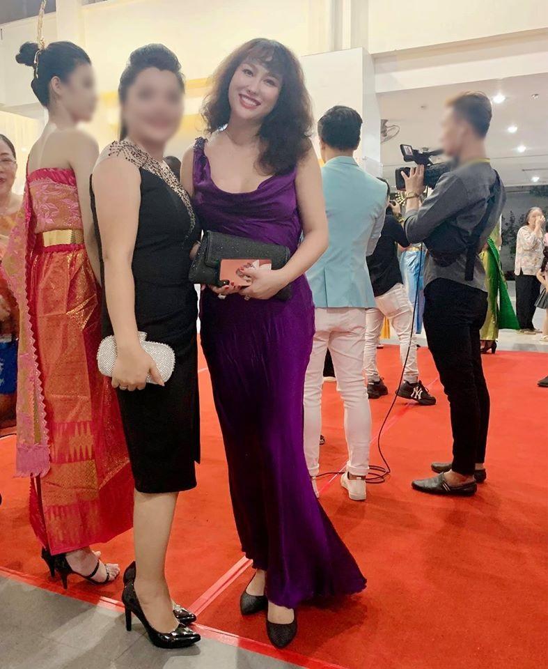 SAO MẶC XẤU: Phi Thanh Vân lộ body sồ sề - Sĩ Thanh diện váy bó sát phô diễn eo bánh mì-5
