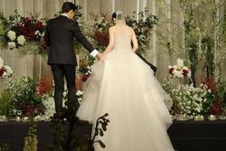 Ngày cưới, chú rể tá hỏa khi bị người yêu cũ treo băng rôn: 'Tôi đã bỏ thai rồi!'