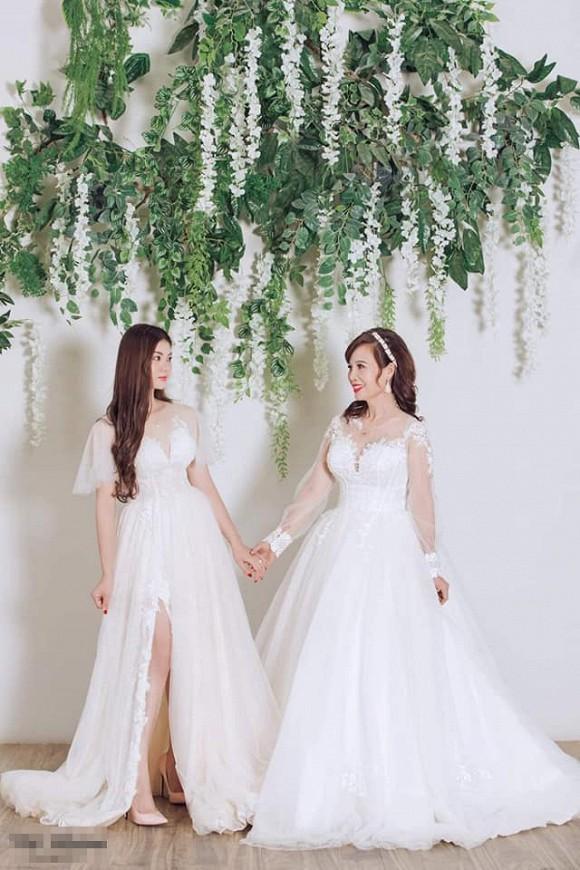 Cô dâu 62 tuổi khoe cả gia đình chụp ảnh cưới, nhan sắc xinh đẹp của con gái cả chiếm spotlight-1