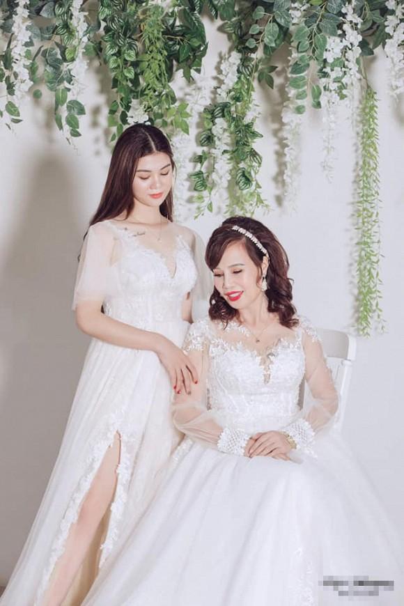 Cô dâu 62 tuổi khoe cả gia đình chụp ảnh cưới, nhan sắc xinh đẹp của con gái cả chiếm spotlight-3
