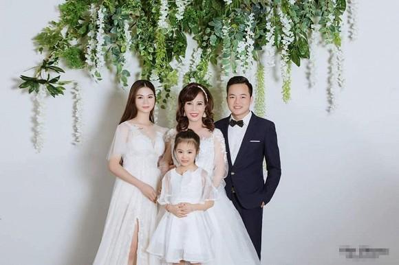 Cô dâu 62 tuổi khoe cả gia đình chụp ảnh cưới, nhan sắc xinh đẹp của con gái cả chiếm spotlight-2
