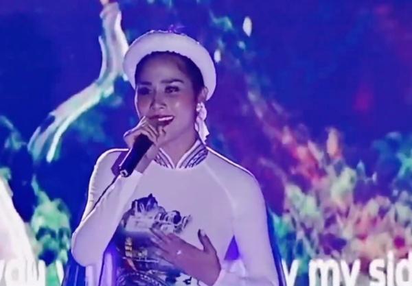 Hoàng Hạnh tung clip hát chay Tàu anh qua núi, dân mạng ngán ngẩm vì đã hát dở còn quên mặc nội y-1