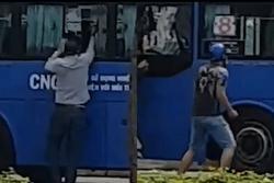 Côn đồ dùng mã tấu tấn công xe buýt ở TP.HCM, nhiều người tháo chạy