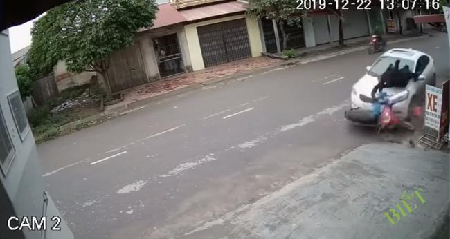 Clip: Kinh hãi nhìn ô tô mất lái lao sang đường, húc bay 2 người đi xe máy lên không trung rồi rơi xuống đất-2