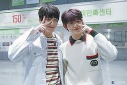 Soo-Bin và Yeon-Jun của nhóm TXT quay video hài hước