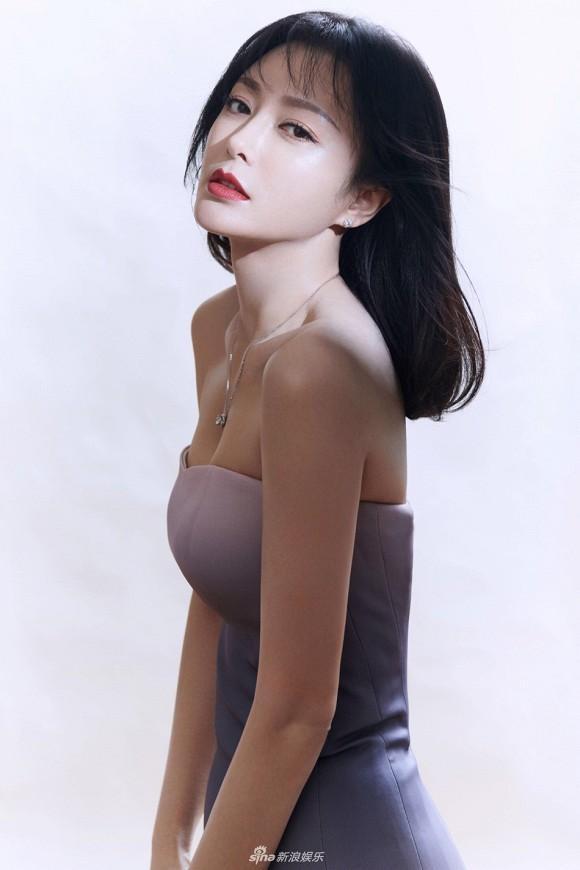 Mới bị chê lên đồ dìm dáng, Tần Lam đã tái xuất với body nóng bỏng khiến dân tình xịt máu mũi-1