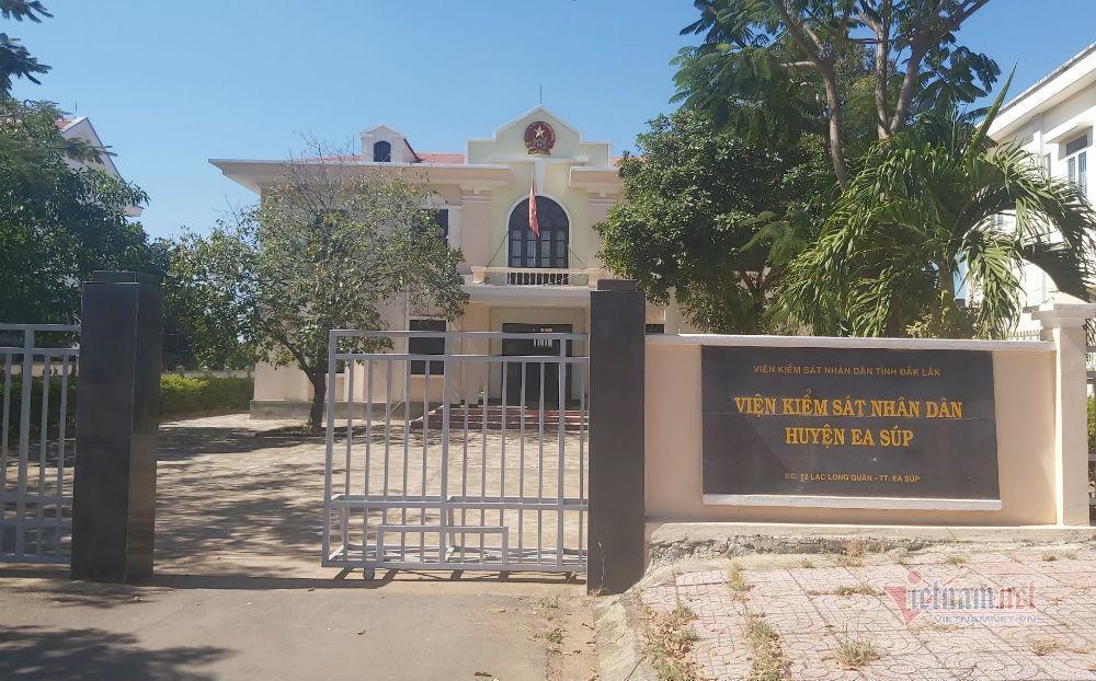 Nghi vấn Viện trưởng KSND ở Đắk Lắk đi hát karaoke ôm bị quay clip-1