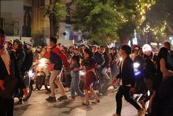 Đường phố Hà Nội - Sài Gòn đông 'ná thở' đêm Giáng sinh