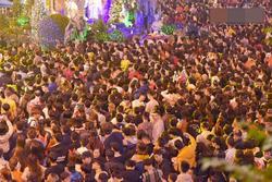 Bức ảnh minh chứng rõ nhất về độ chịu chơi của người dân Hà Nội: Đêm Noel đông đến mấy cũng ra đường!