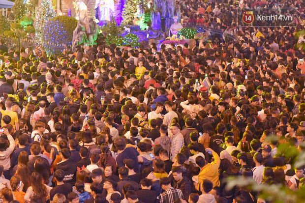 Bức ảnh minh chứng rõ nhất về độ chịu chơi của người dân Hà Nội: Đêm Noel đông đến mấy cũng ra đường!-1