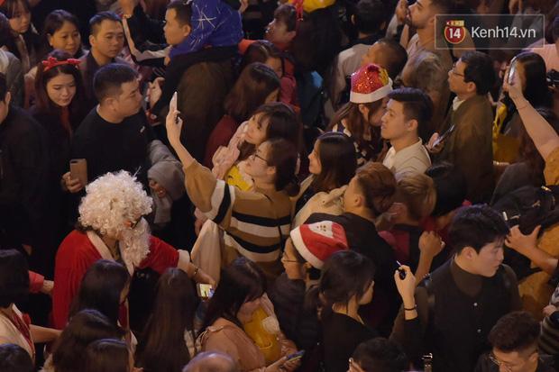 Bức ảnh minh chứng rõ nhất về độ chịu chơi của người dân Hà Nội: Đêm Noel đông đến mấy cũng ra đường!-2
