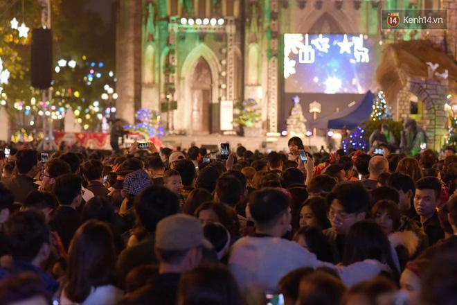 Bức ảnh minh chứng rõ nhất về độ chịu chơi của người dân Hà Nội: Đêm Noel đông đến mấy cũng ra đường!-3