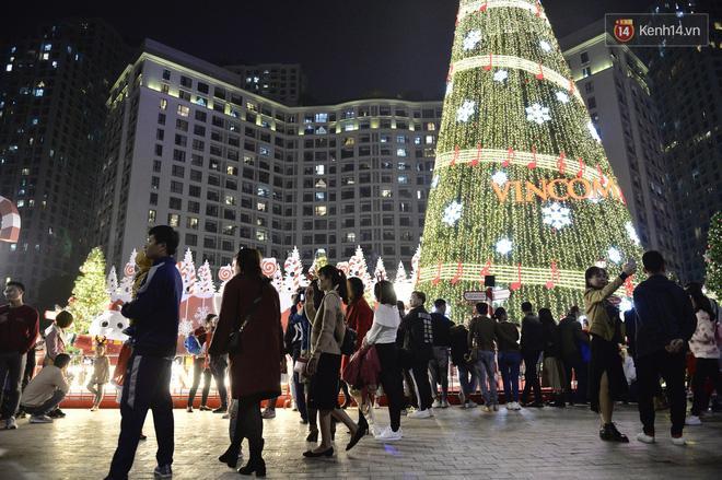 Bức ảnh minh chứng rõ nhất về độ chịu chơi của người dân Hà Nội: Đêm Noel đông đến mấy cũng ra đường!-4